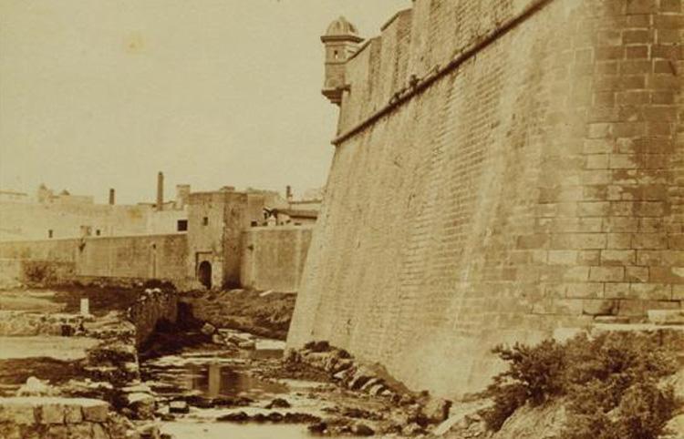 Vista parcial de les muralles abans de ser enderrocades l'any 1854. (Autor desconegut. AFB).